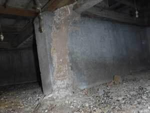 床下のイエシロアリのア蟻道